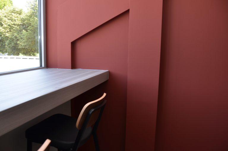 drijvers-oisterwijk-veterinair-centrum-modern-interieur-nieuwbouw-natuur-dieren-verlichting-rood-strak (15)-min