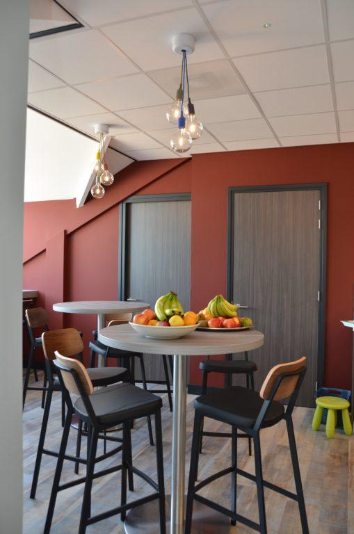 drijvers-oisterwijk-veterinair-centrum-modern-interieur-nieuwbouw-natuur-dieren-verlichting-rood-strak (16)-min