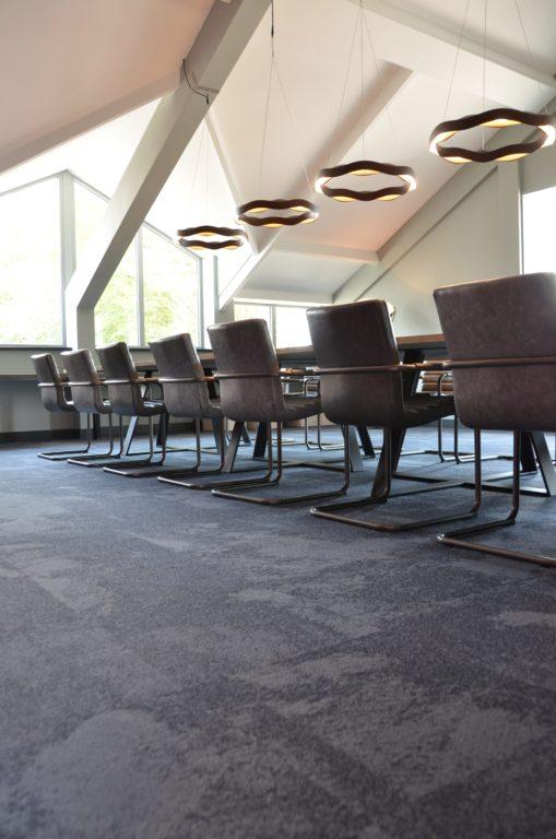 drijvers-oisterwijk-veterinair-centrum-vergaderkamer-modern-interieur-nieuwbouw-natuur-dieren-verlichting-rood-strak (19)-min