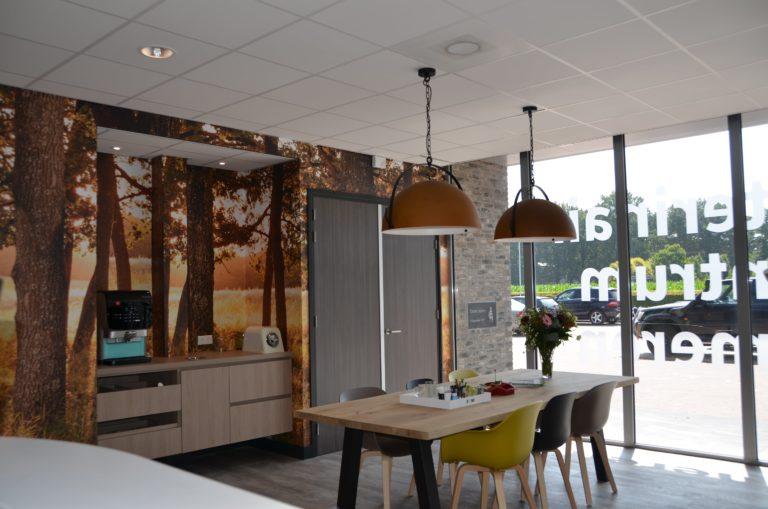 drijvers-oisterwijk-veterinair-centrum-koffiecorner-entree-fotobehang-modern-interieur-nieuwbouw-natuur-dieren-verlichting-rood-strak (2)-min