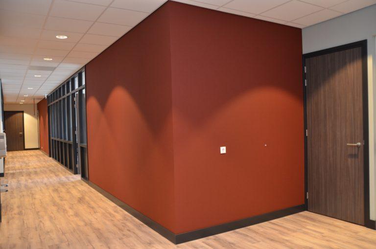 drijvers-oisterwijk-veterinair-centrum-modern-interieur-nieuwbouw-natuur-dieren-verlichting-rood-strak (21)-min