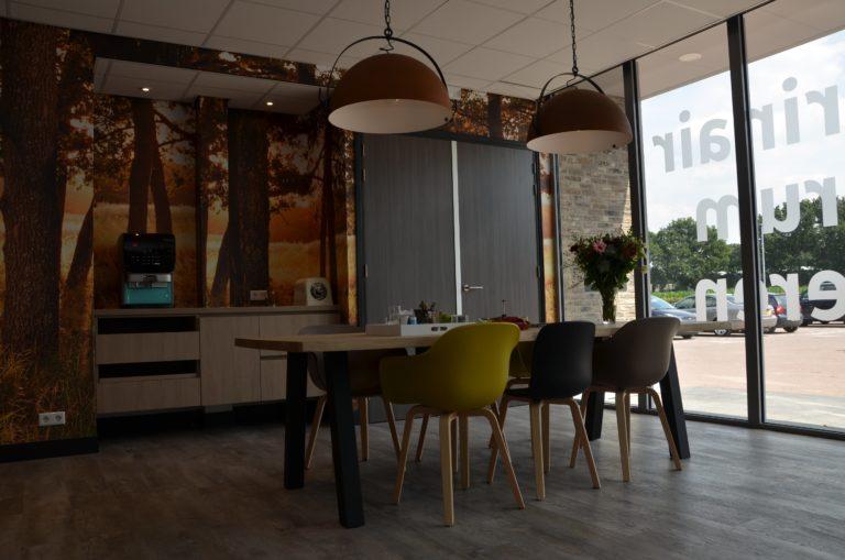 drijvers-oisterwijk-veterinair-centrum-modern-interieur-nieuwbouw-natuur-dieren-verlichting-rood-strak (22)-min