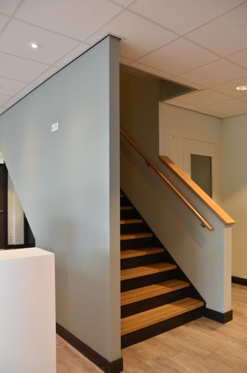 drijvers-oisterwijk-veterinair-centrum-trap-modern-interieur-nieuwbouw-natuur-dieren-verlichting-rood-strak (25)-min