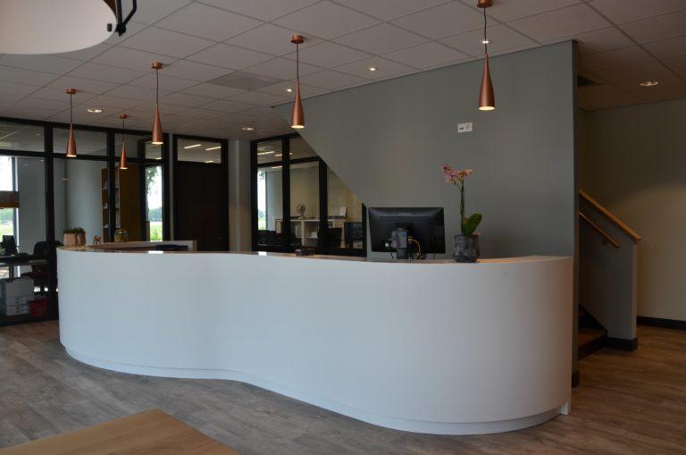 drijvers-oisterwijk-veterinair-centrum-modern-interieur-nieuwbouw-natuur-dieren-verlichting-rood-strak (28)-min