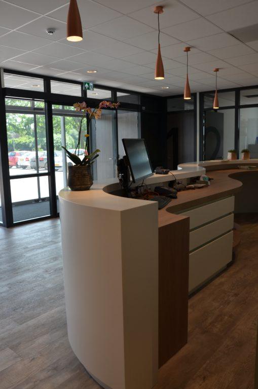 drijvers-oisterwijk-veterinair-centrum-balie-entree-modern-interieur-nieuwbouw-natuur-dieren-verlichting-rood-strak (29)-min