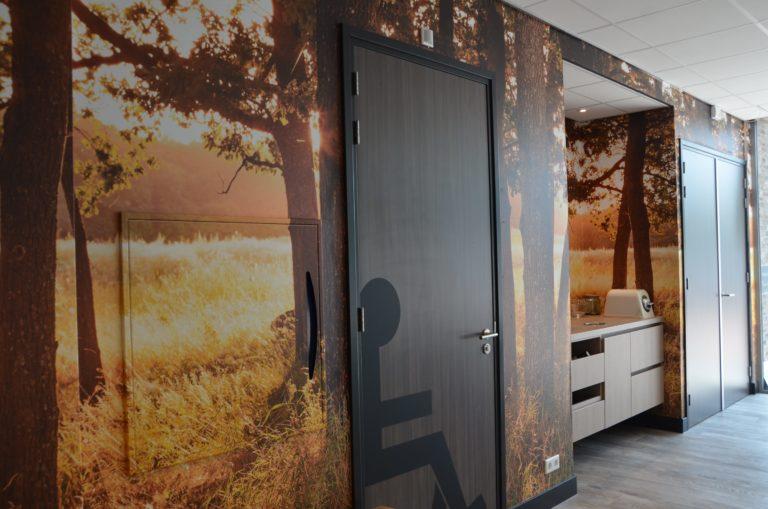 drijvers-oisterwijk-veterinair-centrum-modern-fotobehang-interieur-nieuwbouw-natuur-dieren-verlichting-rood-strak (3)-min
