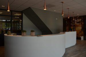 drijvers-oisterwijk-veterinair-centrum-balie-entree-modern-interieur-nieuwbouw-natuur-dieren-verlichting-rood-strak (30)-min