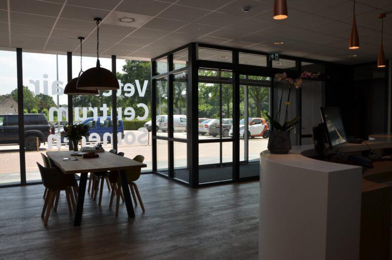 drijvers-oisterwijk-veterinair-entree-verlichting-centrum-modern-interieur-nieuwbouw-natuur-dieren-verlichting-rood-strak (33)-min