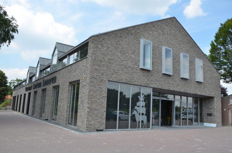 drijvers-oisterwijk-veterinair-centrum-sticker-gevel-dieren-modern-interieur-nieuwbouw-natuur-dieren-verlichting-rood-strak (34)-min