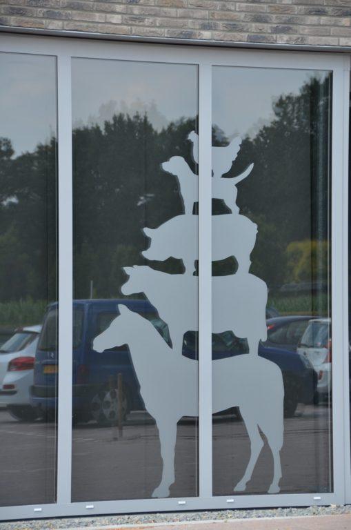 drijvers-oisterwijk-veterinair-centrum-modern-sticker-gevel-dieren-interieur-nieuwbouw-natuur-dieren-verlichting-rood-strak (35)-min
