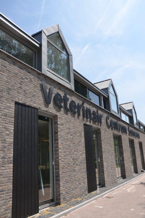 drijvers-oisterwijk-veterinair-centrum-modern-interieur-nieuwbouw-natuur-dieren-verlichting-rood-strak (4)-min