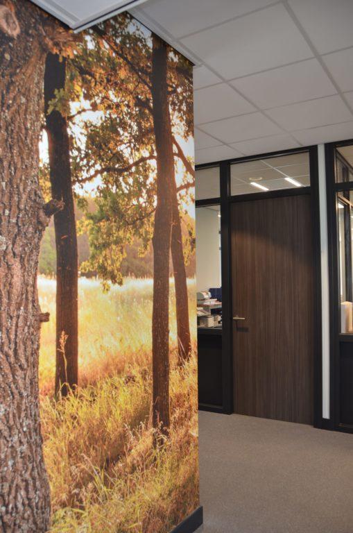 drijvers-oisterwijk-veterinair-centrum-modern-interieur-nieuwbouw-natuur-dieren-verlichting-rood-strak (9)-min