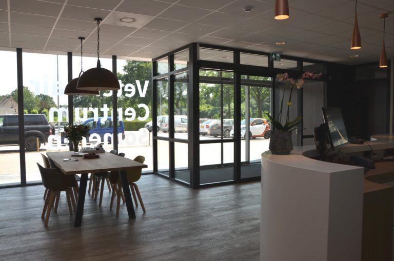 drijvers-oisterwijk-veterinair-centrum-modern-interieur-nieuwbouw-natuur-dieren-verlichting-rood-strak-min