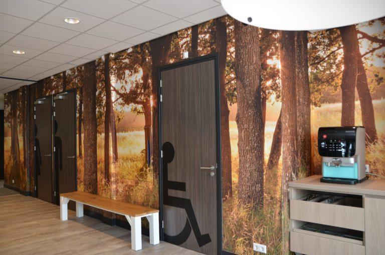 drijvers-oisterwijk-veterinair-centrum-modern-interieur-nieuwbouw-natuur-dieren-verlichting-rood-strak.(5)-min