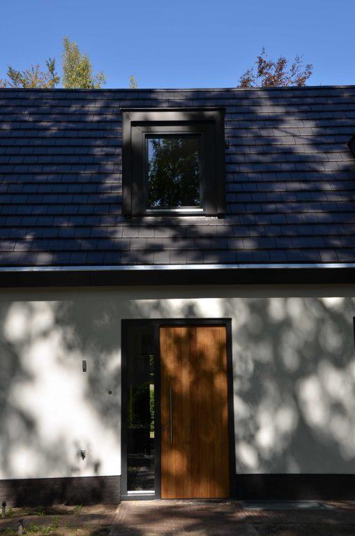 drijvers-oisterwijk-exterieur-particulier-woonhuis-villa-wit-stucwerk-zwart-kozijn-hout-spant-pannendak-dakkapel-modern (4)