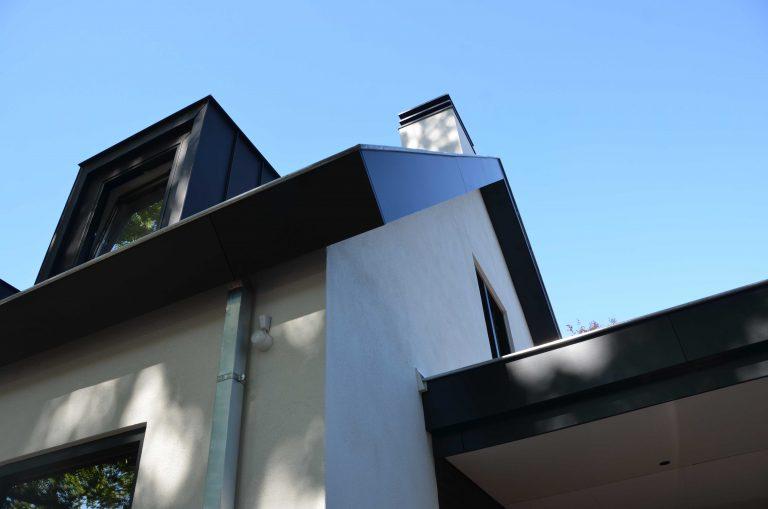 drijvers-oisterwijk-exterieur-particulier-woonhuis-villa-wit-stucwerk-zwart-kozijn-hout-spant-pannendak-dakkapel-modern (5)