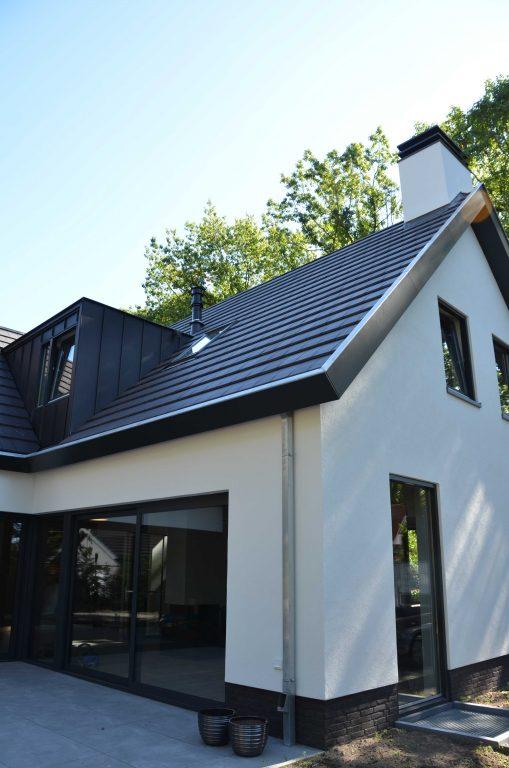 drijvers-oisterwijk-exterieur-particulier-woonhuis-villa-wit-stucwerk-zwart-kozijn-hout-spant-pannendak-dakkapel-modern (8)