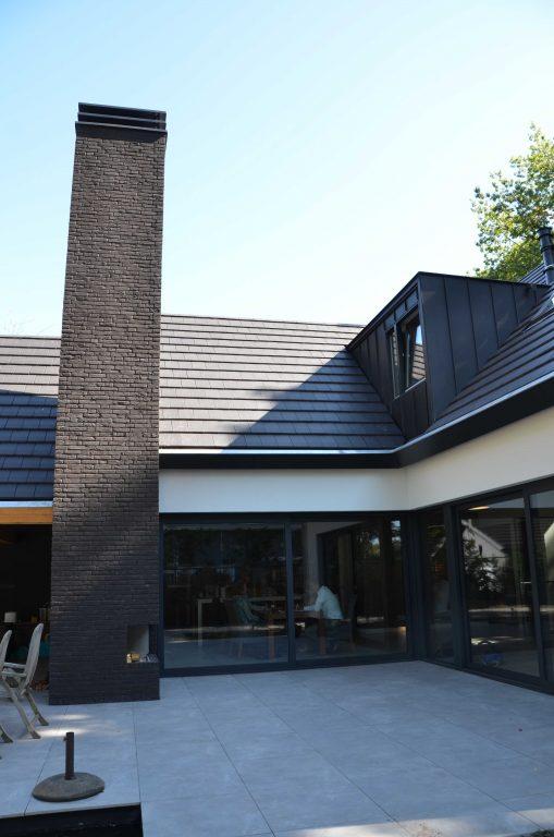 drijvers-oisterwijk-exterieur-particulier-baksteen-schoorsteen-woonhuis-villa-wit-stucwerk-zwart-kozijn-hout-spant-pannendak-dakkapel-modern (9)