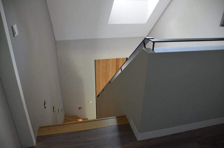 drijvers-oisterwijk-interieur-woonhuis-trap-hal-vide-villa-modern-hout-particulier-zwart-staal-strak (16)