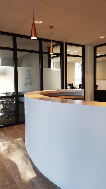 drijvers-oisterwijk-veterinair-centrum-modern-interieur-nieuwbouw-natuur-dieren-verlichting-rood-strak-balie (2)