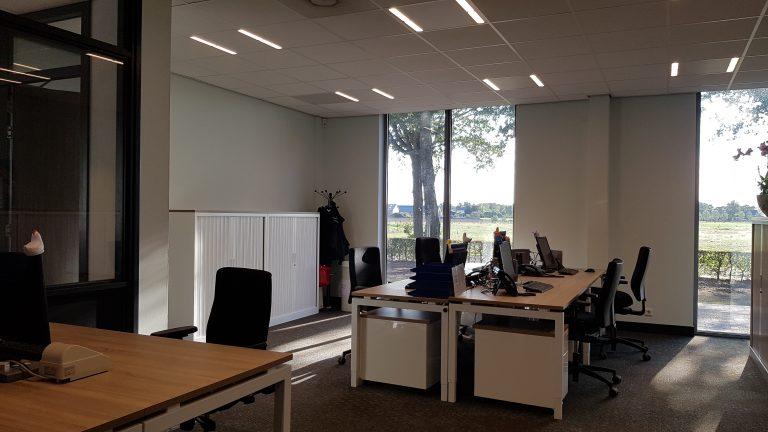 drijvers-oisterwijk-veterinair-centrum-modern-interieur-nieuwbouw-natuur-dieren-verlichting-rood-strak (3)