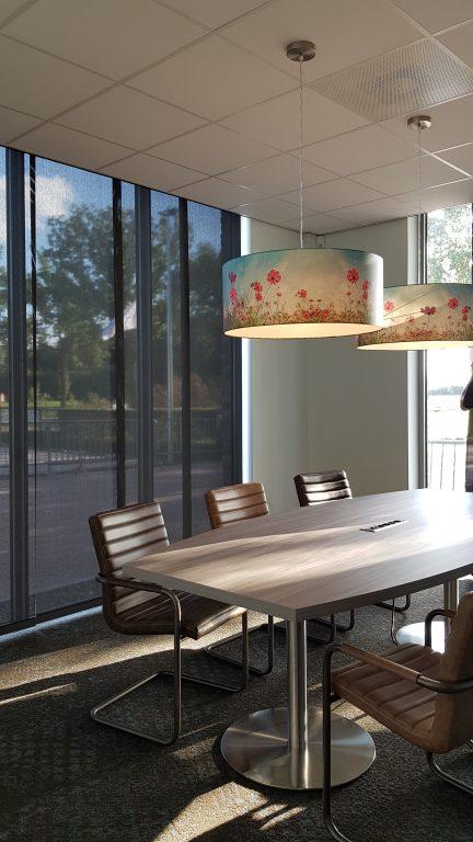 drijvers-oisterwijk-veterinair-centrum-modern-interieur-nieuwbouw-natuur-dieren-verlichting-rood-strak-lampenkap-bespreekruimte (4)