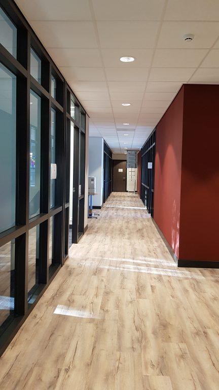 drijvers-oisterwijk-veterinair-centrum-modern-interieur-nieuwbouw-natuur-dieren-verlichting-rood-strak-hal (5)