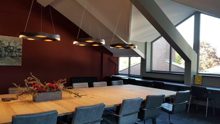drijvers-oisterwijk-veterinair-centrum-modern-interieur-nieuwbouw-natuur-dieren-verlichting-rood-strak-vergaderruimte (6)
