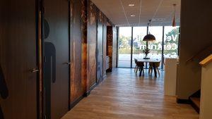 drijvers-oisterwijk-veterinair-centrum-modern-interieur-nieuwbouw-natuur-dieren-verlichting-rood-strak (8)
