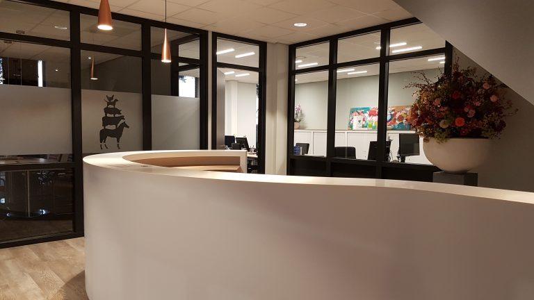 drijvers-oisterwijk-veterinair-centrum-balie-modern-interieur-nieuwbouw-natuur-dieren-verlichting-rood-strak (9)