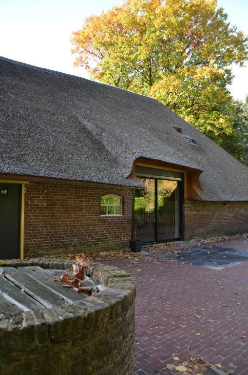 drijvers-oisterwijk-interieur-houten-spant-schoon-metselwerk-gietvloer-wit-stucwerk-verlichting-lichtplan-boerderij-landelijk-modern-rieten-kap-bakstenen-luiken (1)-min
