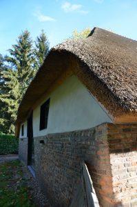 drijvers-oisterwijk-interieur-houten-spant-schoon-metselwerk-gietvloer-wit-stucwerk-verlichting-lichtplan-boerderij-landelijk-modern-rieten-kap-bakstenen-luiken (10)-min
