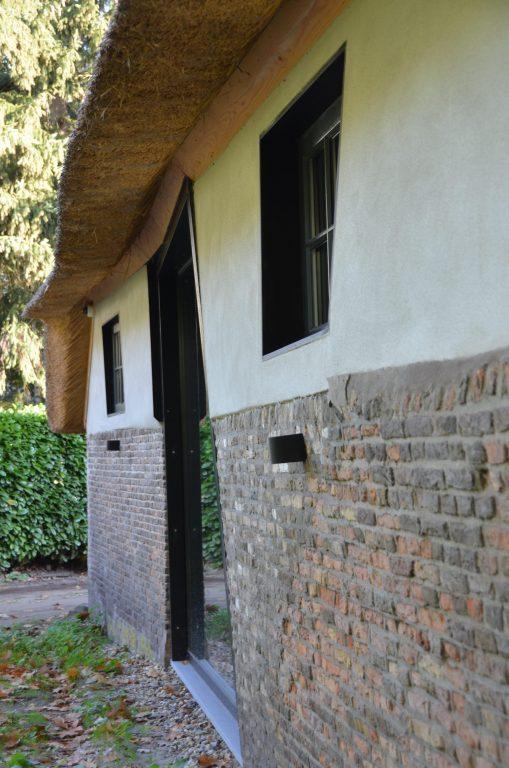 drijvers-oisterwijk-interieur-houten-spant-schoon-metselwerk-gietvloer-wit-stucwerk-verlichting-lichtplan-boerderij-landelijk-modern-rieten-kap-bakstenen-luiken (11)-min