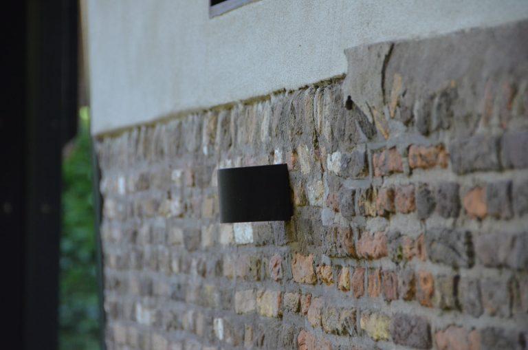 drijvers-oisterwijk-interieur-houten-spant-schoon-metselwerk-gietvloer-wit-stucwerk-verlichting-lichtplan-boerderij-landelijk-modern-rieten-kap-bakstenen-luiken (12)-min