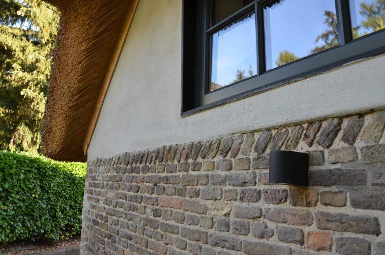 drijvers-oisterwijk-interieur-houten-spant-schoon-metselwerk-gietvloer-wit-stucwerk-verlichting-lichtplan-boerderij-landelijk-modern-rieten-kap-bakstenen-luiken (13)-min