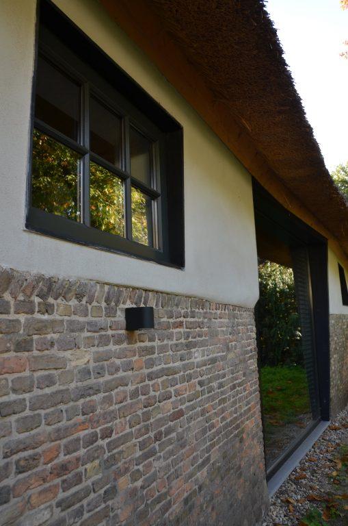drijvers-oisterwijk-interieur-houten-spant-schoon-metselwerk-gietvloer-wit-stucwerk-verlichting-lichtplan-boerderij-landelijk-modern-rieten-kap-bakstenen-luiken (14)-min