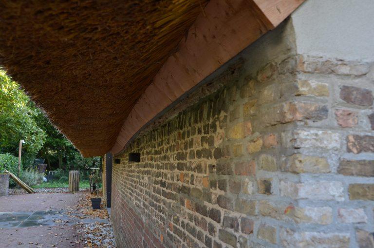drijvers-oisterwijk-interieur-houten-spant-schoon-metselwerk-gietvloer-wit-stucwerk-verlichting-lichtplan-boerderij-landelijk-modern-rieten-kap-bakstenen-luiken (15)-min