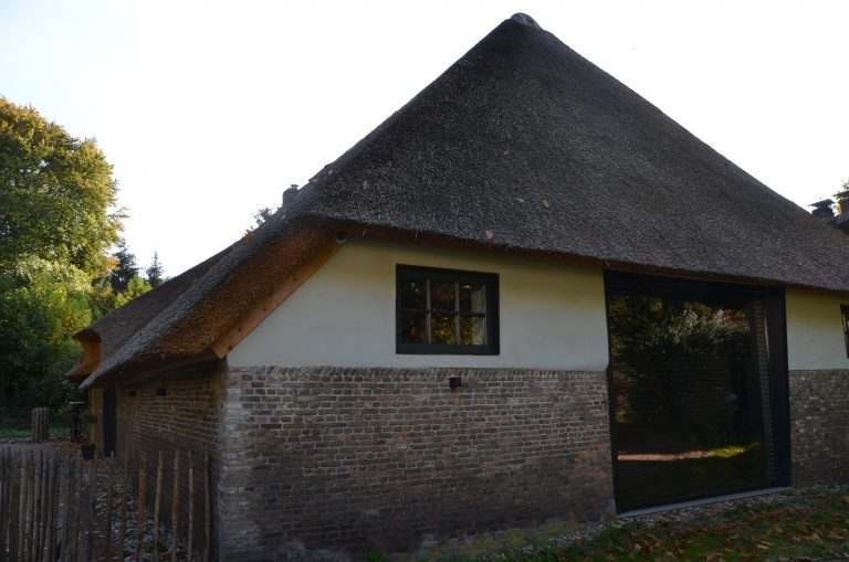 drijvers-oisterwijk-interieur-houten-spant-schoon-metselwerk-gietvloer-wit-stucwerk-verlichting-lichtplan-boerderij-landelijk-modern-rieten-kap-bakstenen-luiken (16)-min