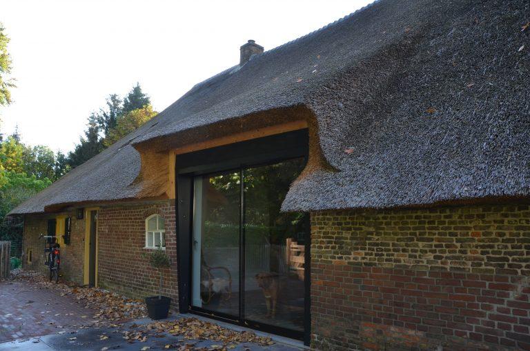 drijvers-oisterwijk-interieur-houten-spant-schoon-metselwerk-gietvloer-wit-stucwerk-verlichting-lichtplan-boerderij-landelijk-modern-rieten-kap-bakstenen-luiken (17)-min