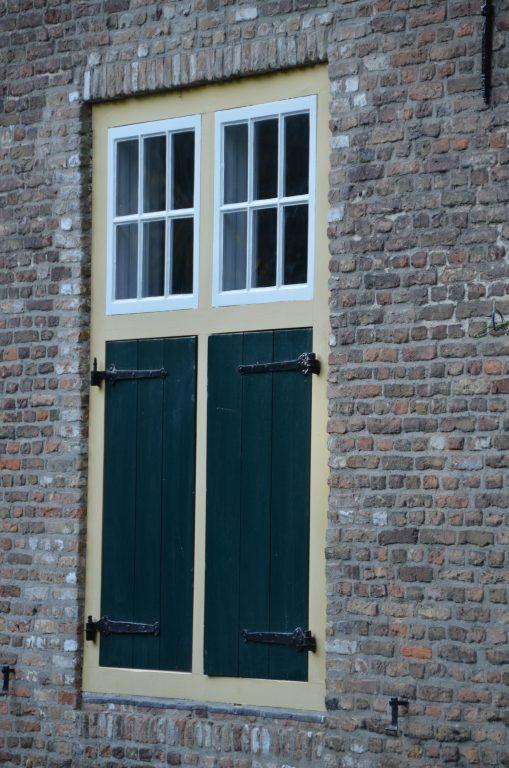 drijvers-oisterwijk-interieur-houten-spant-schoon-metselwerk-gietvloer-wit-stucwerk-verlichting-lichtplan-boerderij-landelijk-modern-rieten-kap-bakstenen-luiken (18)-min