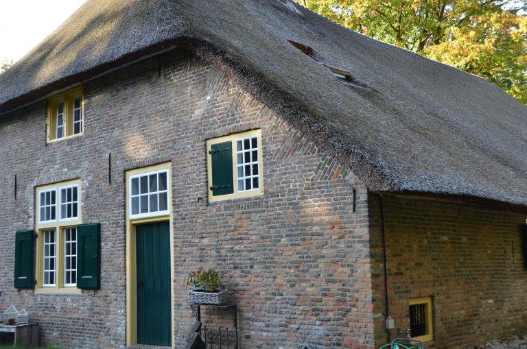 drijvers-oisterwijk-interieur-houten-spant-schoon-metselwerk-gietvloer-wit-stucwerk-verlichting-lichtplan-boerderij-landelijk-modern-rieten-kap-bakstenen-luiken (19)-min