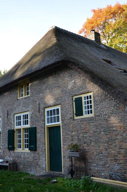 drijvers-oisterwijk-interieur-houten-spant-schoon-metselwerk-gietvloer-wit-stucwerk-verlichting-lichtplan-boerderij-landelijk-modern-rieten-kap-bakstenen-luiken (20)-min