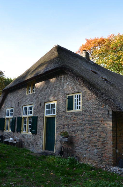 drijvers-oisterwijk-interieur-houten-spant-schoon-metselwerk-gietvloer-wit-stucwerk-verlichting-lichtplan-boerderij-landelijk-modern-rieten-kap-bakstenen-luiken (22)-min