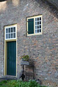drijvers-oisterwijk-interieur-houten-spant-schoon-metselwerk-gietvloer-wit-stucwerk-verlichting-lichtplan-boerderij-landelijk-modern-rieten-kap-bakstenen-luiken (25)-min