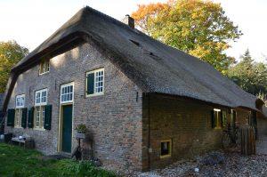 drijvers-oisterwijk-interieur-houten-spant-schoon-metselwerk-gietvloer-wit-stucwerk-verlichting-lichtplan-boerderij-landelijk-modern-rieten-kap-bakstenen-luiken (26)-min