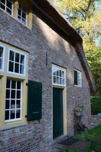 drijvers-oisterwijk-interieur-houten-spant-schoon-metselwerk-gietvloer-wit-stucwerk-verlichting-lichtplan-boerderij-landelijk-modern-rieten-kap-bakstenen-luiken (28)-min