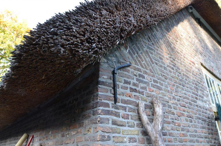 drijvers-oisterwijk-interieur-houten-spant-schoon-metselwerk-gietvloer-wit-stucwerk-verlichting-lichtplan-boerderij-landelijk-modern-rieten-kap-bakstenen-luiken (29)-min