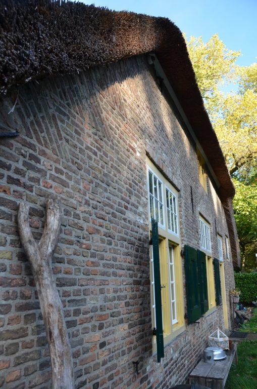 drijvers-oisterwijk-interieur-houten-spant-schoon-metselwerk-gietvloer-wit-stucwerk-verlichting-lichtplan-boerderij-landelijk-modern-rieten-kap-bakstenen-luiken (30)-min
