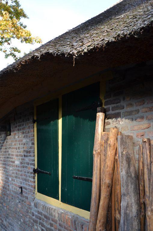 drijvers-oisterwijk-interieur-houten-spant-schoon-metselwerk-gietvloer-wit-stucwerk-verlichting-lichtplan-boerderij-landelijk-modern-rieten-kap-bakstenen-luiken (32)-min
