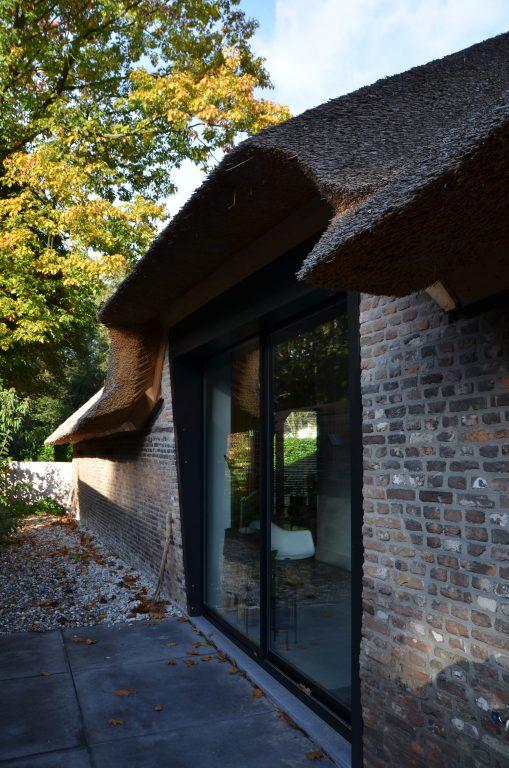 drijvers-oisterwijk-interieur-houten-spant-schoon-metselwerk-gietvloer-wit-stucwerk-verlichting-lichtplan-boerderij-landelijk-modern-rieten-kap-bakstenen-luiken (33)-min